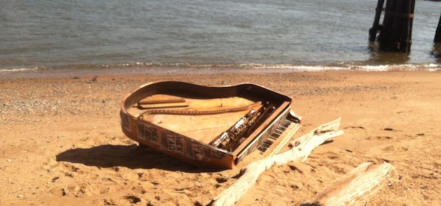 Piano Mysteriously Washes Ashore Under NYC's Brooklyn Bridge [Video]